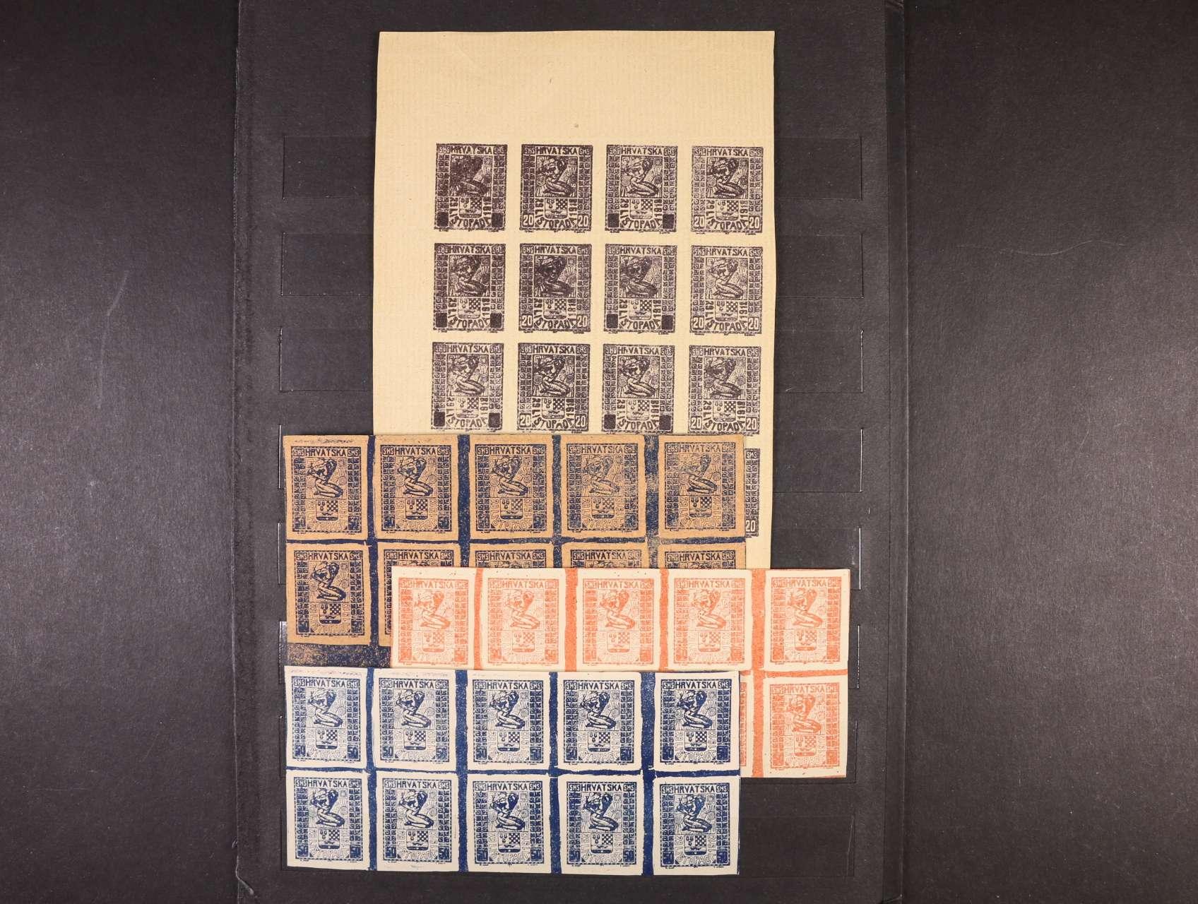 SHS Hrvatska 29. listopada 1918 - sestava nepřijatých návrhů - 3x v 10ti-bloku v barvě modré a červené na bílém papíře a v barvě černé na růžovém papíře, 16ti-blok v barvě fialové na nažloutlém papíře, 2x sestava fázových tisků ve zvětšeném formátu v barvě černé na kart. papírech