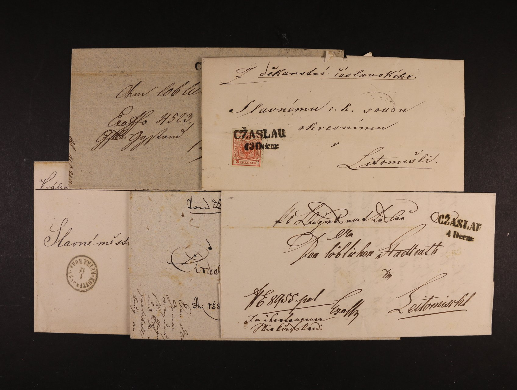 sestava 4 ks předzn. dopisů s raz. CŽASLAU, KÖENIGRATZ, KUTTENBERG a skl. dopis z r. 1850 frank. zn. Fe. č. 3, typ Ia, s řádk. pod. raz. CŽASLAU