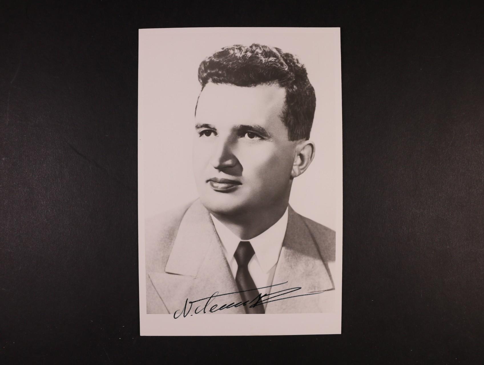 Ceaucesku Nikolai 1918 - 1989, rumunský komunistický diktátor, v r. 1989 popraven spolu se svoji manželkou - jednobar. fotografie s vlastnoručním podpisem