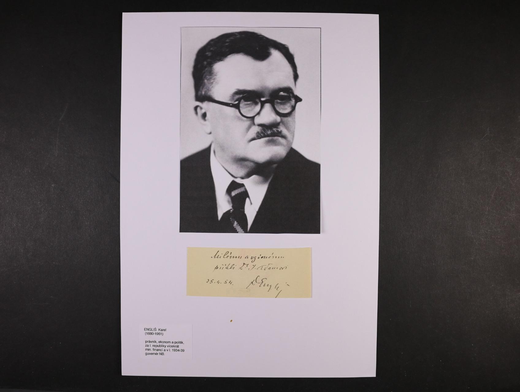 Engliš Karel 1880 - 1961, právník, ekonom a politik, ministr financí a guvernér Nár. banky v letech 1934 - 39 - kartička s věnováním a vlastnoručním podpisem s datací 25.4.1954