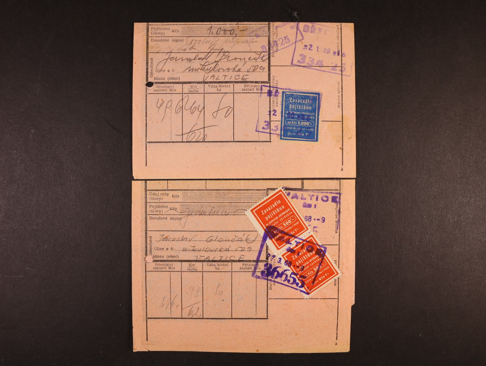 formulář DRUHOPIS spěšninového listu s vylepenou pojišťovací zn. na Kčs 500,- ve svislé dvoupásce s rámeč. raz. VALTICE 27.3.1968 + dtto se zn. na Kčs 1000,- s rámeč. raz. BŘECLAV 2.1.1968, zajímavý doklad