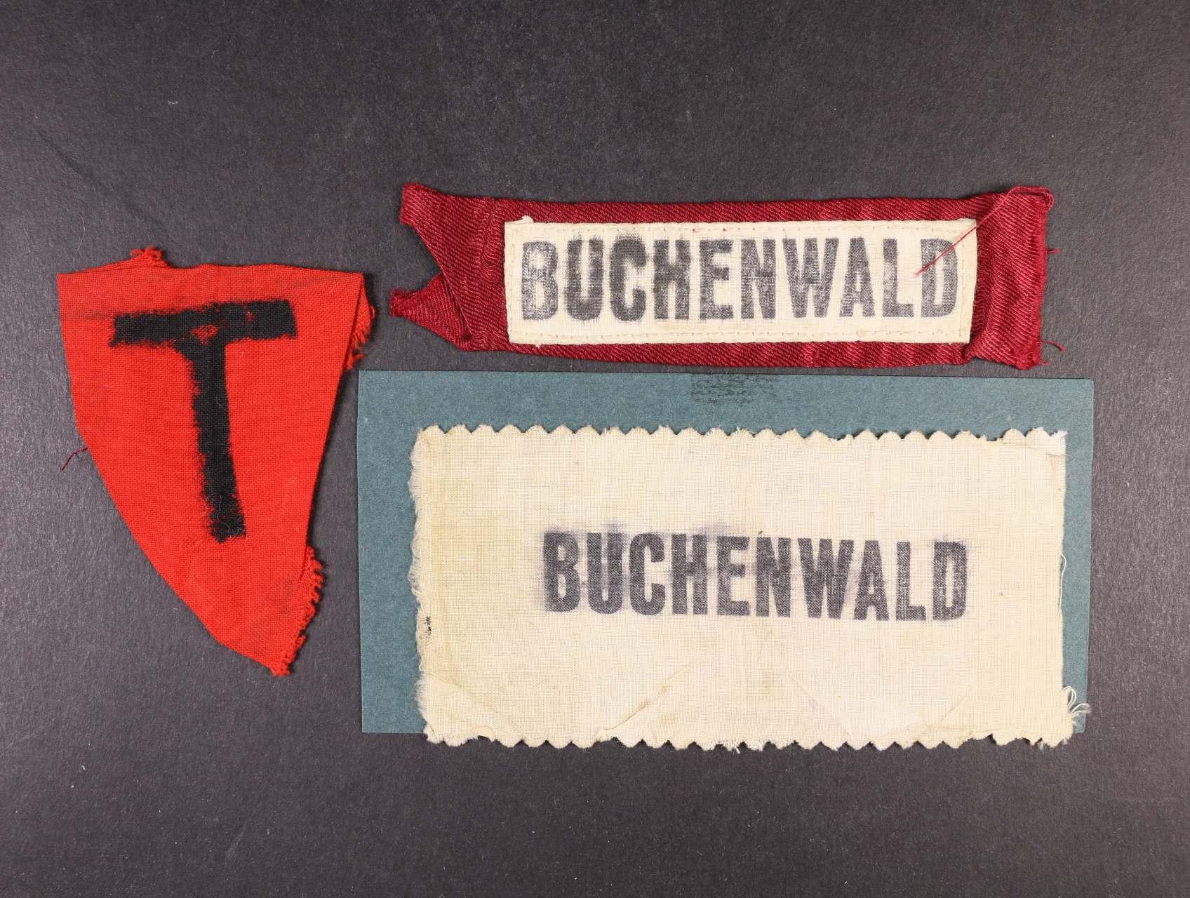 Buchenwald - červená trojůhelníková nášivka na oděv s písmenem T a dvě bílé nášivky s nápisem BUCHENWALD