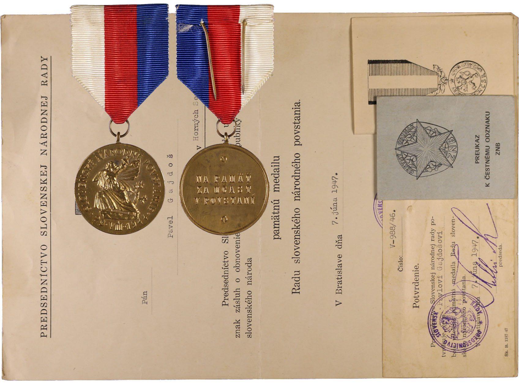 Pamětní medaile řádu SNP, k tomu velký i malý dekret, průkazka k čestnému odznaku ZNB a k medaili Za zásluhy o obranu vlasti, vše na jméno P. Gajdoš, 4 ks.