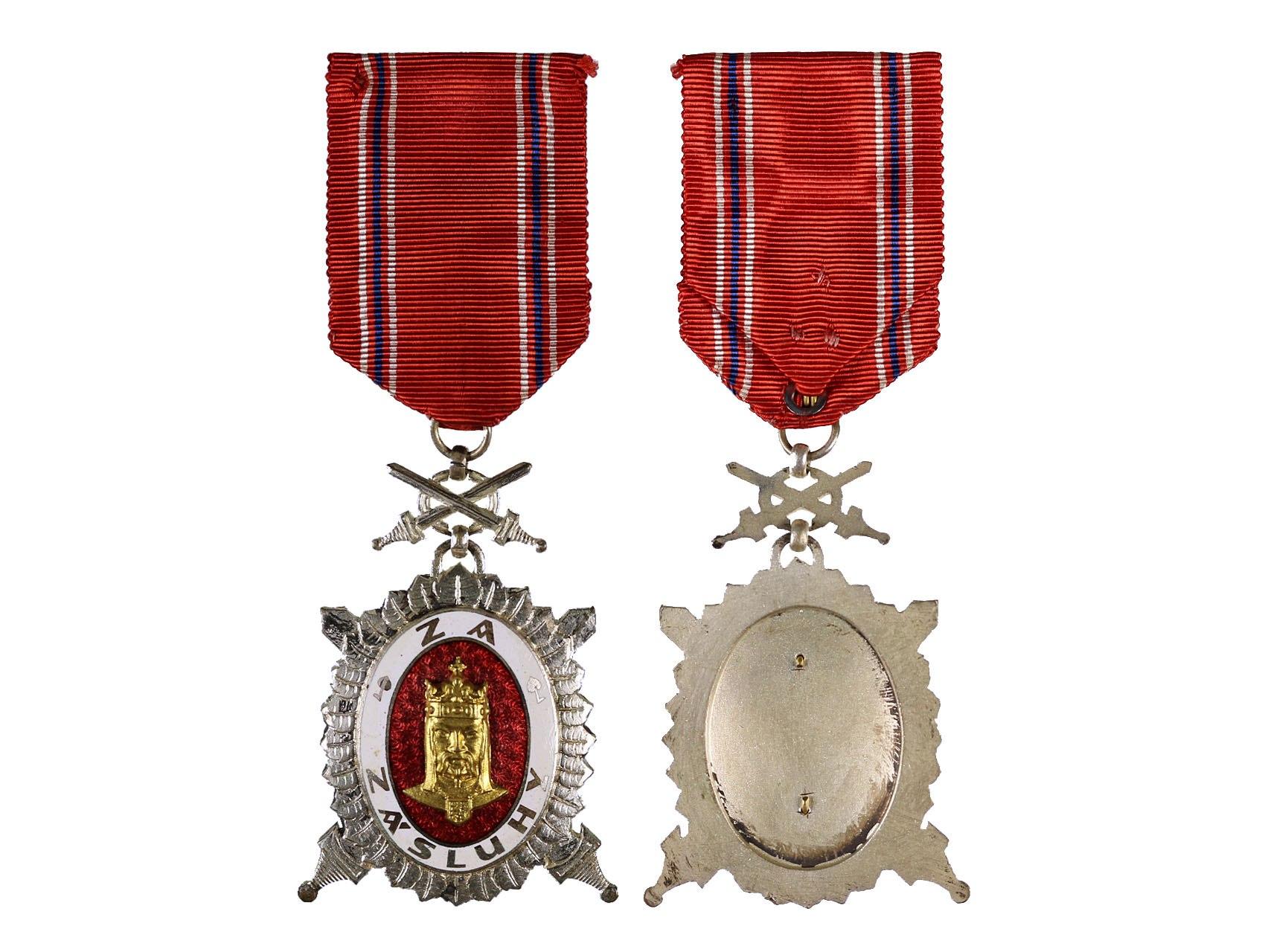 Diplomový čestný odznak krále Karla IV., stupeň čestný člen, Stříbrný čestný odznak 1. třídy za vojenské zásluhy, typ 1945-1949, N96b1a