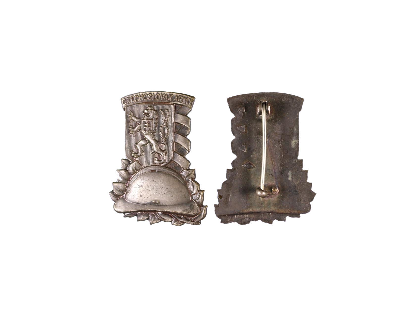 Pamětní a vzpomínkový odznak čs. armády ve Francii, nesmaltovaný, výrobce H.W.Miller Velká Británie, obecný kov, rozměry 37,3x29,2 mm, upínání na svislou jehlu