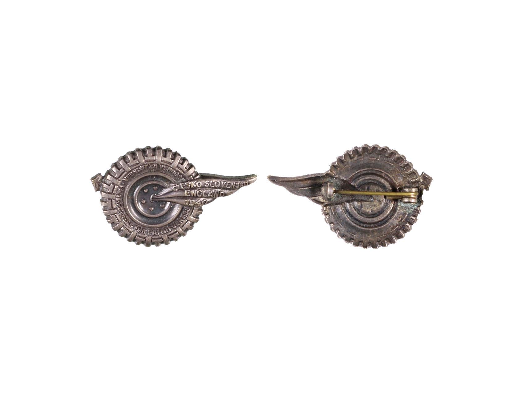 Pamětní odznak VĚRNOST ZA VĚRNOST, nesmaltovaný, obecný kov postříbřený, rozměry 24x37,5 mm, upínání na vodorovnou jehlu