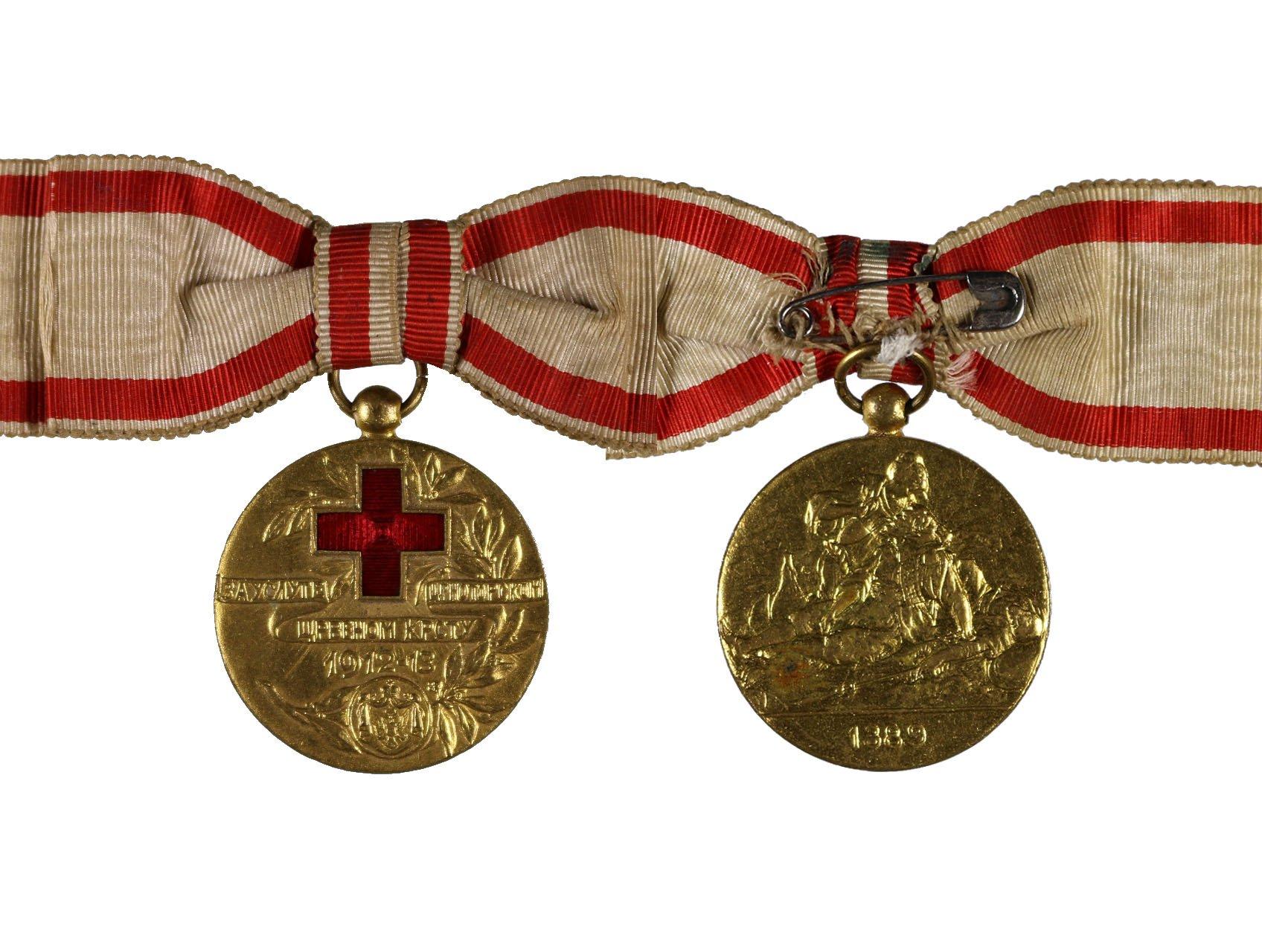 Zlatá medaile za zásluhy o Červený kříž 1912-1913, pozlacený bronz, původní dámská stuha, BAR.40