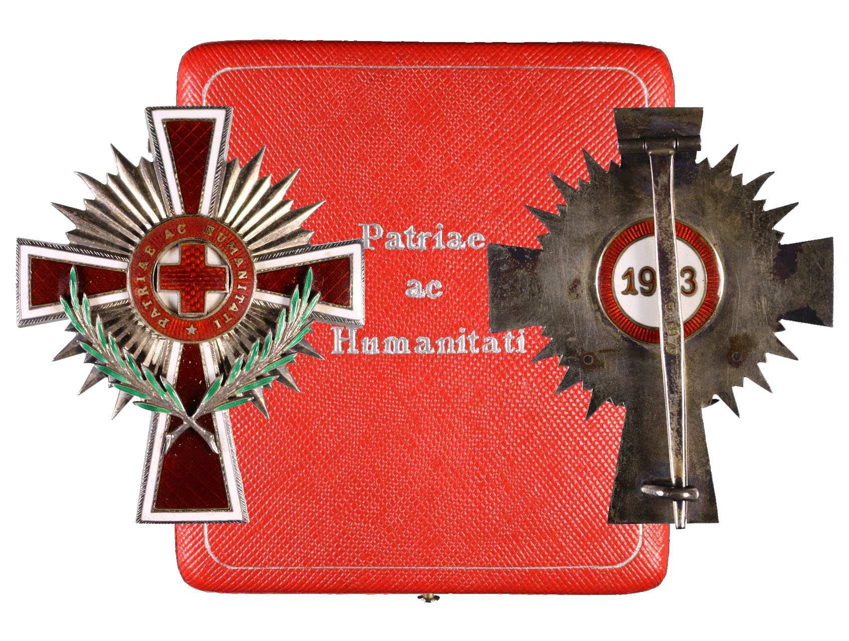 Čestný odznak Červeného Kříže 1923, důstojnický odznak, punc Ag a značka výrobce FS na upínací jehle, původní etue značená Rothe Wien, uděleno cca 74 kusů, Marko 536a