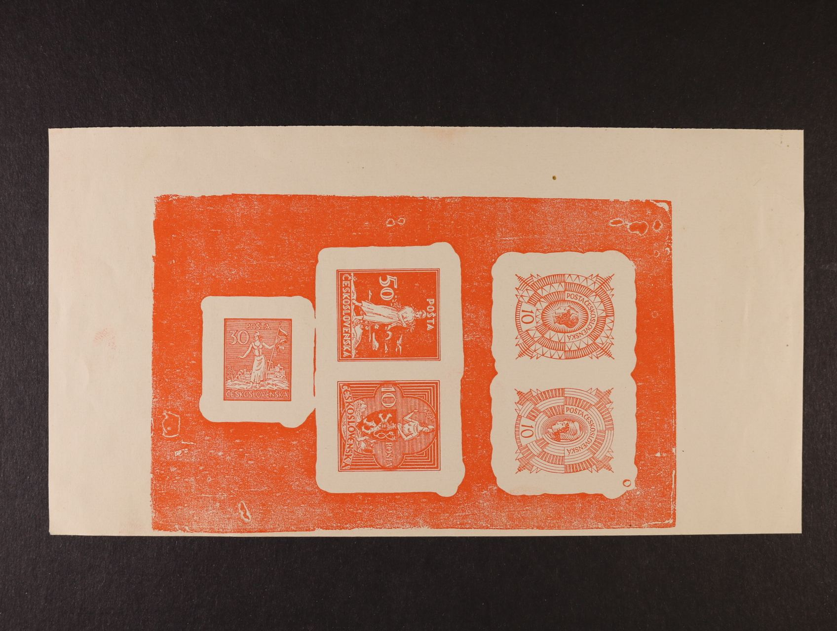 sestava 5ti nepřijatých návrhů zn. v soutisku v červené barvě na kousku papíru z nevyčištěné desky