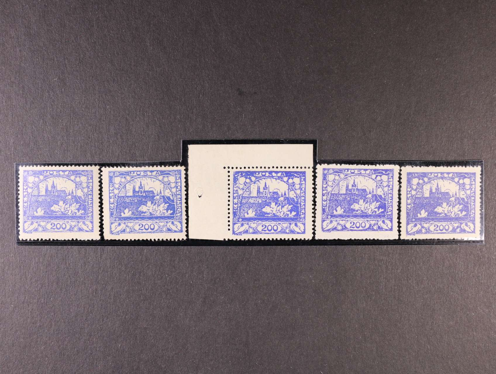 zn. č. 22 A - sestava 5 ks v různých odstínech barvy od ultramarínové po modrofialovou, zajímavá sestava (1x rohový kus), kat. cena cca 2100 Kč