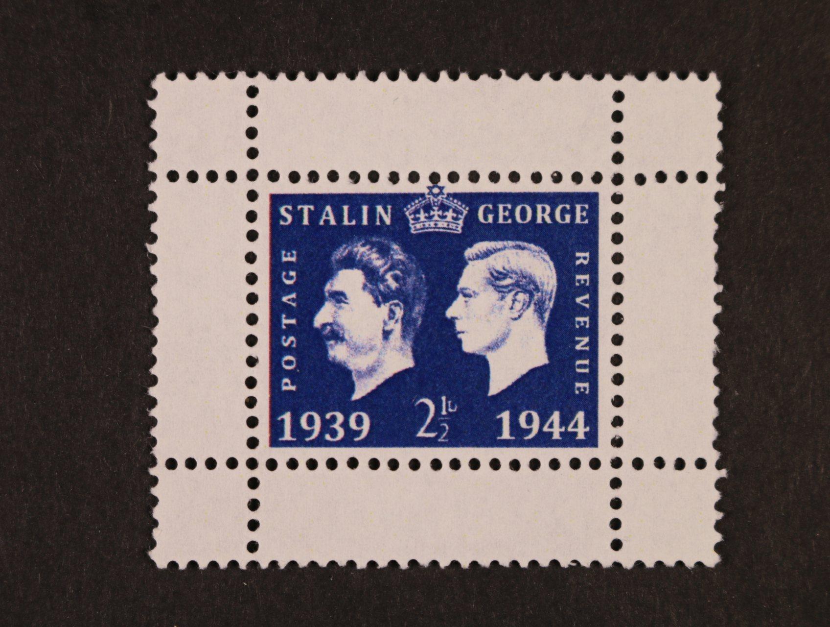 Propagační falza - privátní tisk s hodnotou 2,5pence s portrétem Stalina a britského krále Jiřího v modré barvě na kousku papíru bez lepu s perforací