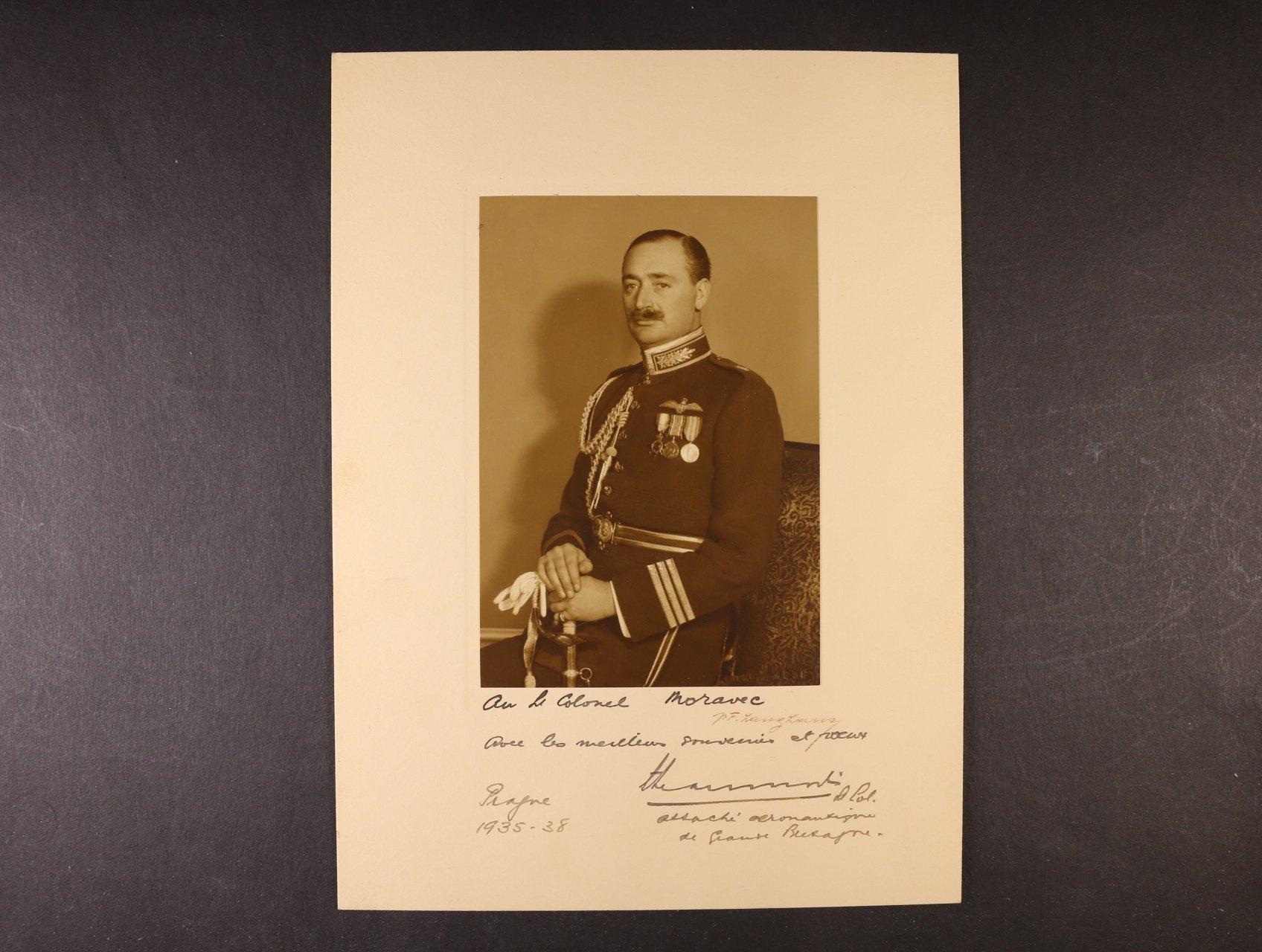 Beaumont, plukovník, britský let. atašé - fotografie v paspartě s věnováním plk. Frant. Moravcovi s vlastnoručním podpisem